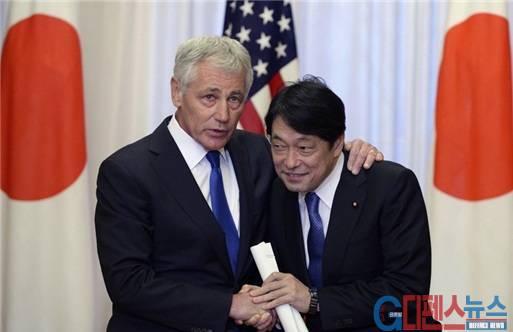 4월 5일 일본을 방문 중인 척 헤이글(Hagel) 미국 국방장관과 오노데라 이쓰노리(小野寺五典) 일본 방위상이 도쿄도 총리공관에서 악수하며 대화하고 있다. 일본은 크림반도 사태의 충격으로 미국의 일본보호를 더욱 절실히 요구하고 있다.(자료: Reuters, 2014.4.5.)