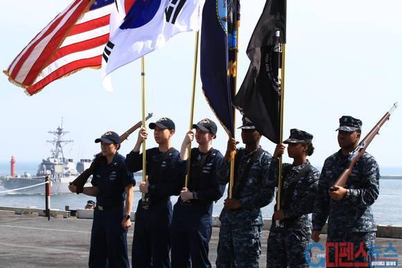 항공모함 입항 축하 기념식을 준비하고 있는 미군 장병들