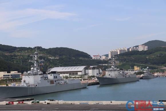 항공모함 옆에 함께 입항한 미 해군 이지스함과 우리 해군의 세종대왕함이 나란히 정박해 있다.