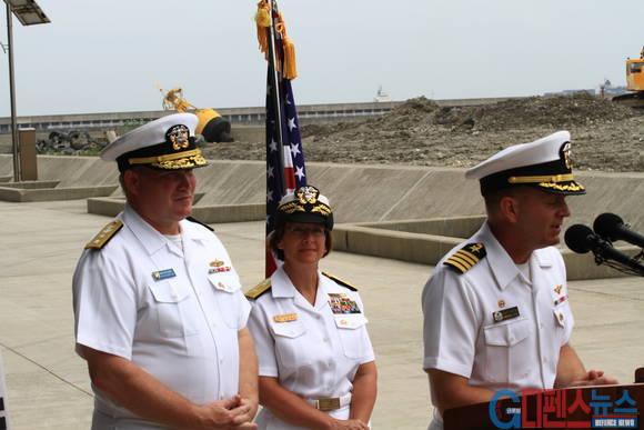 항공모함 전단장 및 함장 등 관계자는 조지 워싱톤호 항모전단의 입항은 한미동맹을 상징적으로 보여주며 한미 해군이 훈련을 통해서 서로에 대해서 잘 이해할 수 있는 계기가 될 것이라고 밝혔다. (사진 = 입항 후 기자회견 모습)