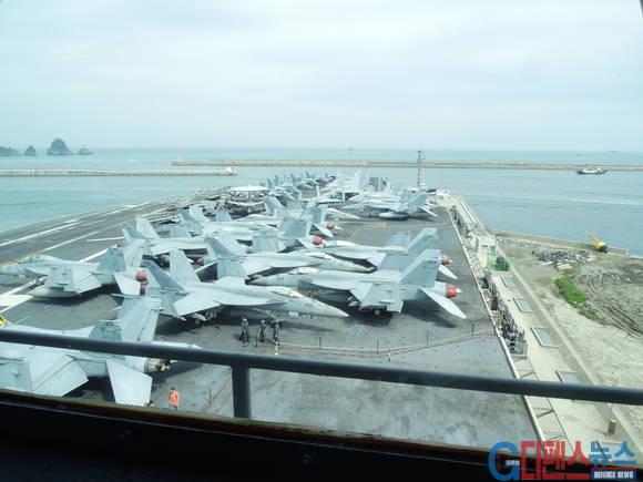 항해용 선교에서 찍은 갑판모습 - 각종 첨단 전투기들이 도열해 있다.