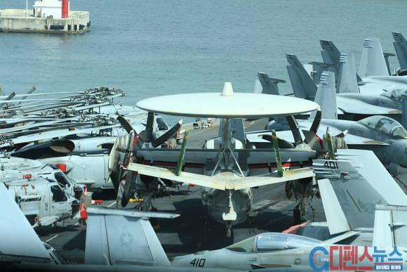 네비게이션 브릿지(항모 조종실) 에서 찍은 비행갑판 - 첨단 항공기들이 즐비하게 도열해 있다.