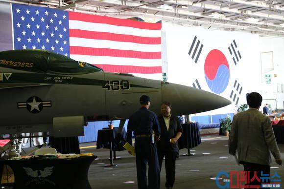 조지 워싱톤 항공모함 격납고 - 입항관련 각종 행사를 위해서 태극기와 성조기를 나란히 게양해 놓았다.