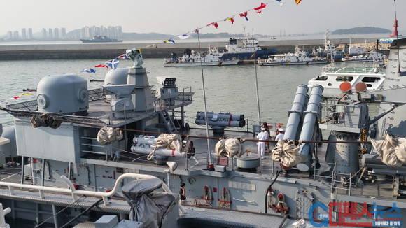 제주함에는 좌우현에 각 4발씩 총 8발의 대함미사일이 탑재되어 있다.