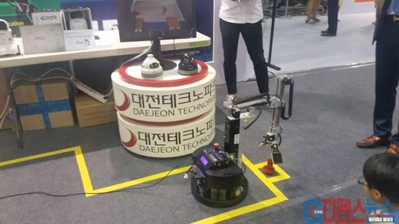 대전테크노파크 산학협동 홍보관. 로봇이 물체를 집어들려고 로봇손을 벌리고 있다.