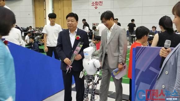 권선택 대전광역시장(좌측)과 참석자들이 로봇과 기념사진을 찍고 있다.