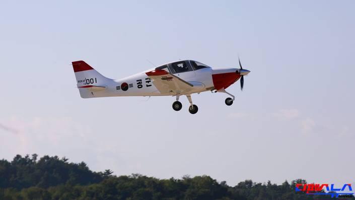 공군 사관생도들의 비행 입문 훈련을 담당할 KT-100 훈련기가 초도비행에 성공하였다.