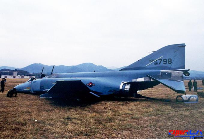 """1970년대에 도입된 F-4 전투기(사진 = 구글). 아직 F-4는 우리 공군 전력의 상당부분을 차지하고 있다. F-4를 몰다 퇴역한 한 공군 장교는 '이륙할 때는 겨우 이륙하는데, 착륙 시에는 매번 이번이 마지막이 될 수 있다는 생각에 매우 고통스러웠다.""""고 밝혔다. 국방비 부족으로 고철에 가까운 노후장비들을 우리 군은 여전히 많이 보유하고 있다. 장병들의 목숨이 위태로운 상황이다."""