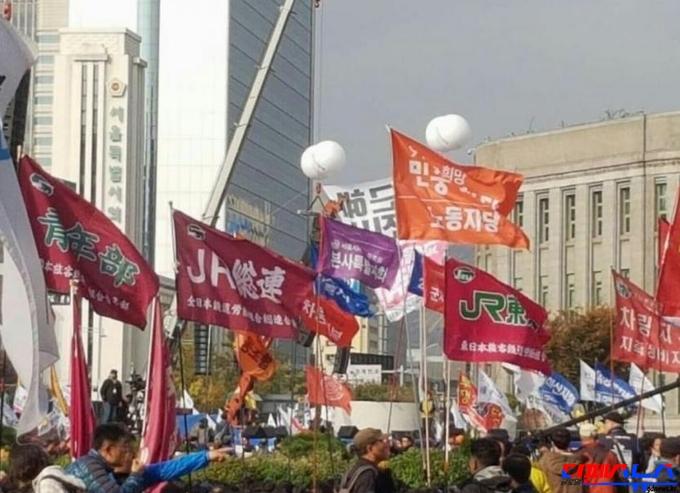 광화문에 나붓기는 일본 단체 깃발들