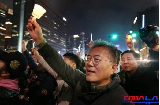문재인 더불어민주당 의원은 12일 박근혜 대통령 하야요구 집회에 참석하여 함께 촛불을 들고 환호하였다. 박근혜 대통령에게 문제가 있으면 탄핵을 추진하면 되지만 법을 뛰어 넘어 강제로 대통령을 끌어 내리려고 하고 있다. 집회의 순수성은 이미 훼손되었다.