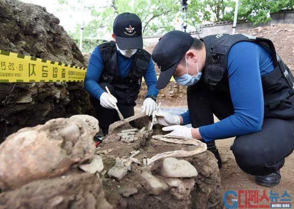 한국군 유해발굴단의 유해발굴 모습. 붓으로 흙과 먼지를 제거하기에 오랜시간이 걸린다.